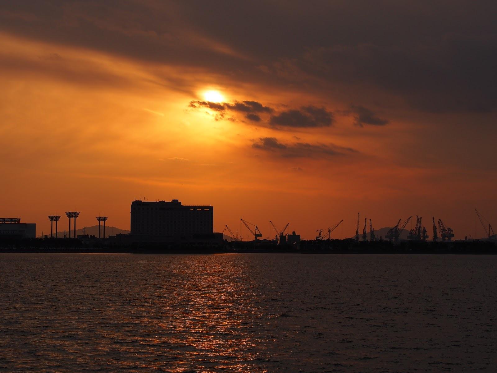 宇多津町の臨海公園からの夕日です。